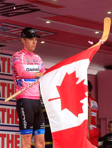 Hesjedal on the podium with his hockey stick and a Canadian Flag  ©  Cor Vos