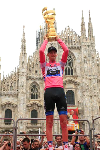 Hesjedal in Milan with the Giro trophy in front of the  ©  Cor Vos