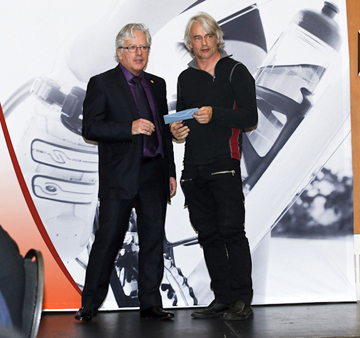 André Michaud (l) predents Louis Barbeau with the award  ©  Pasquale Stalteri